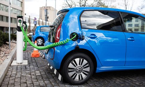 E-Autos an der Zapfsäule / Bild: shutterstock