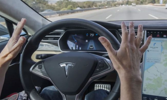 Tesla warnt seine Kunden ausdrücklich davor, im Autopilot-Modus die Hände vom Steuer zu nehmen - (c) Styria Content Creation / Bild: (c) Styria Content Creation